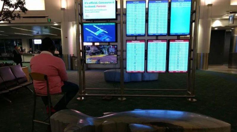 Apex Legends – Un viaggiatore sabota un monitor di un aereoporto e si mette a giocare!